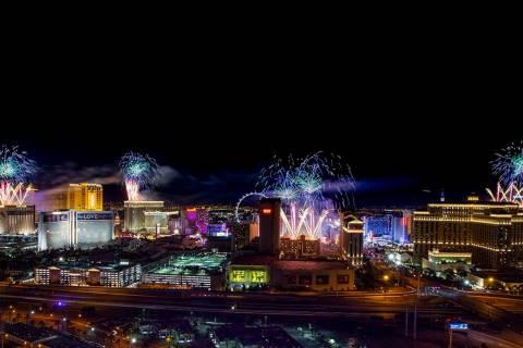 Fuegos artificiales de la víspera de Año Nuevo estallan sobre el Strip, vistos desde VooDoo R ...