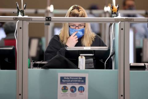 Jennifer McKay de Las Vegas vota a las 7:35 a.m. rodeada de máquinas de votación vacías en e ...
