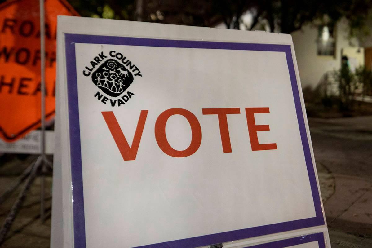 El centro de votación de Fifth Street School se ve durante el horario de cierre de las estacio ...