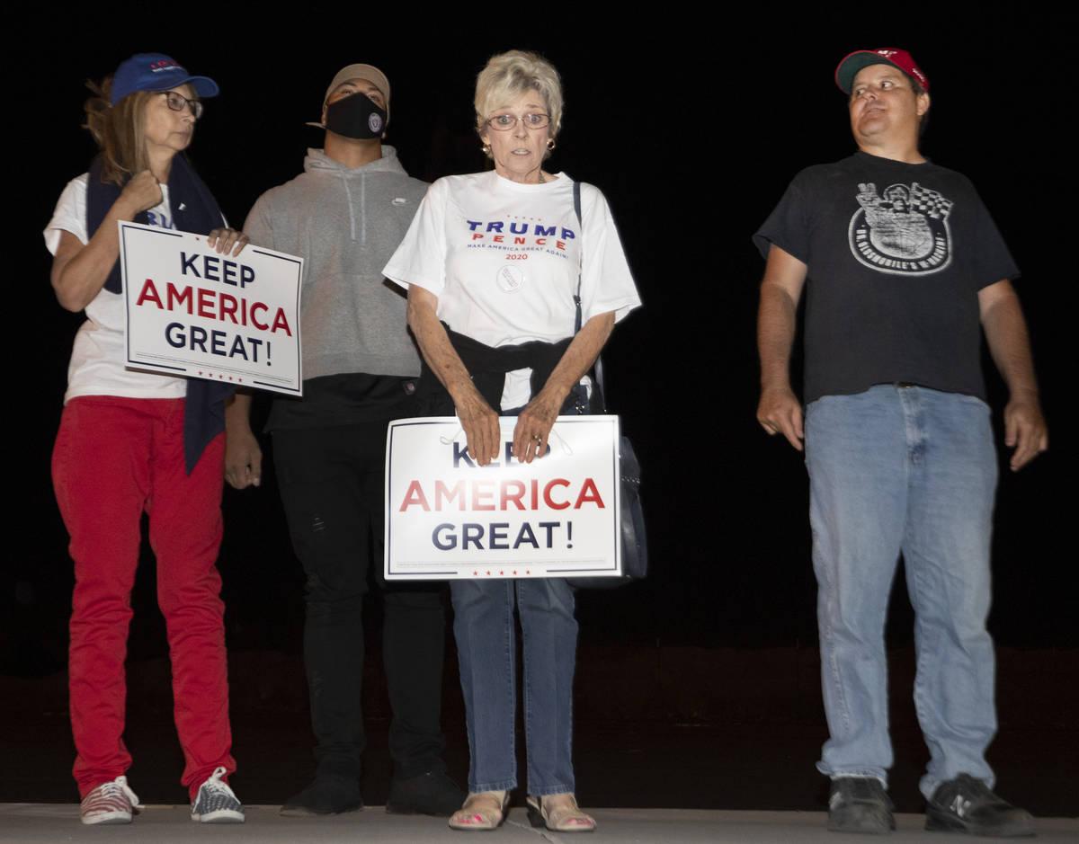 Partidarios del presidente Donald Trump posan para una foto mientras protestan fuera del edific ...