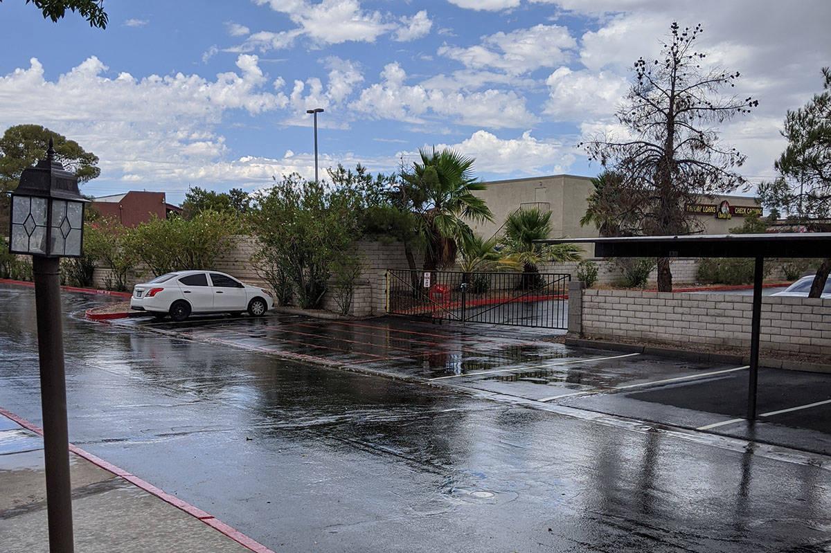 Algunas lluvias se ven el domingo, 19 de julio de 2020, en la cuadra 4300 de East Sunset Road e ...