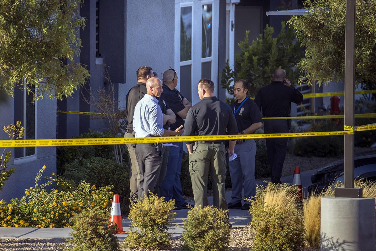 Oficiales se reúnen afuera después de que cuatro murieron y una joven resultó herida en un t ...