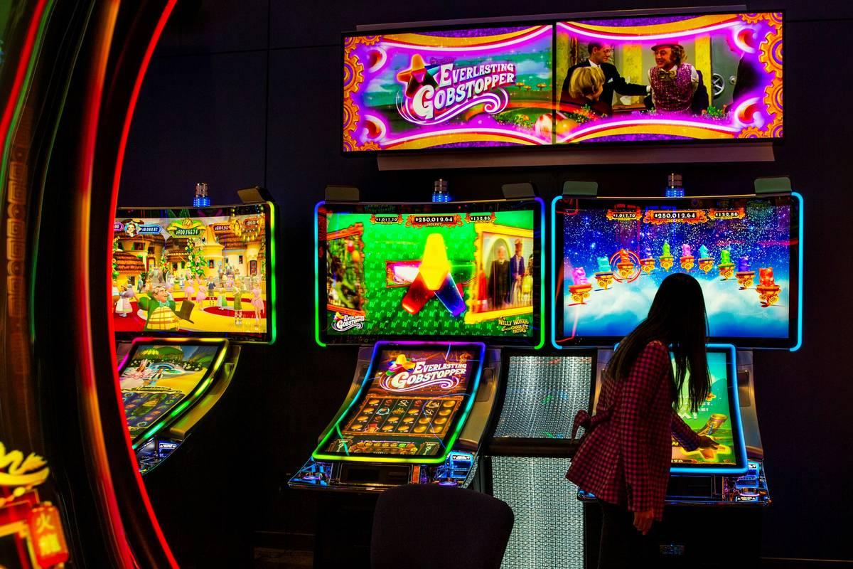 Cathryn Lai, vicepresidenta de producto y marketing de Scientific Games, juega en Everlasting G ...