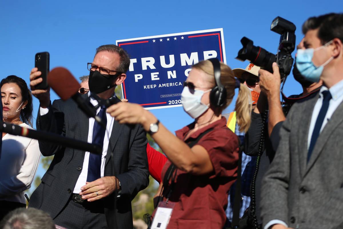 Un partidario del presidente Donald Trump levanta una pancarta durante una conferencia de prens ...