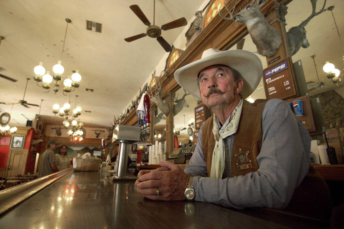 En esta foto de archivo del 26 de septiembre de 2004, Joe McMasters, bartender y conductor de u ...