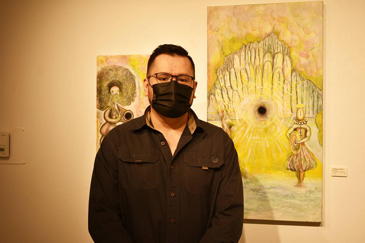 """Rigoberto Cárdenas posa al lado de algunas de sus obras que integran la exhibición """"Sueños ..."""