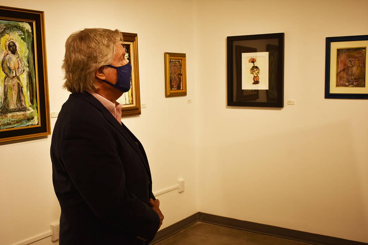 """El comisionado Tick Segerblom observa una de las obras que integran la exhibición """"Sueños y ..."""