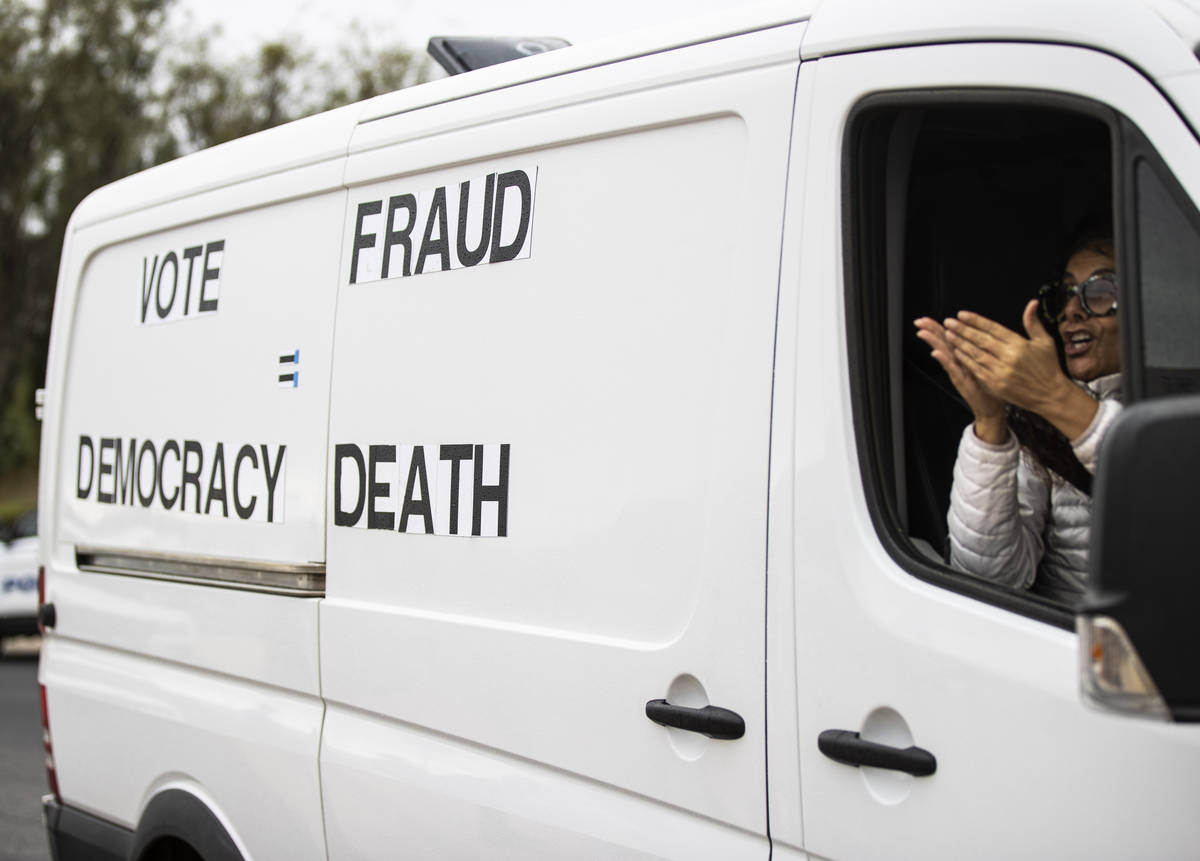 Partidarios del presidente Donald Trump protestan fuera del Departamento de Elecciones del Cond ...