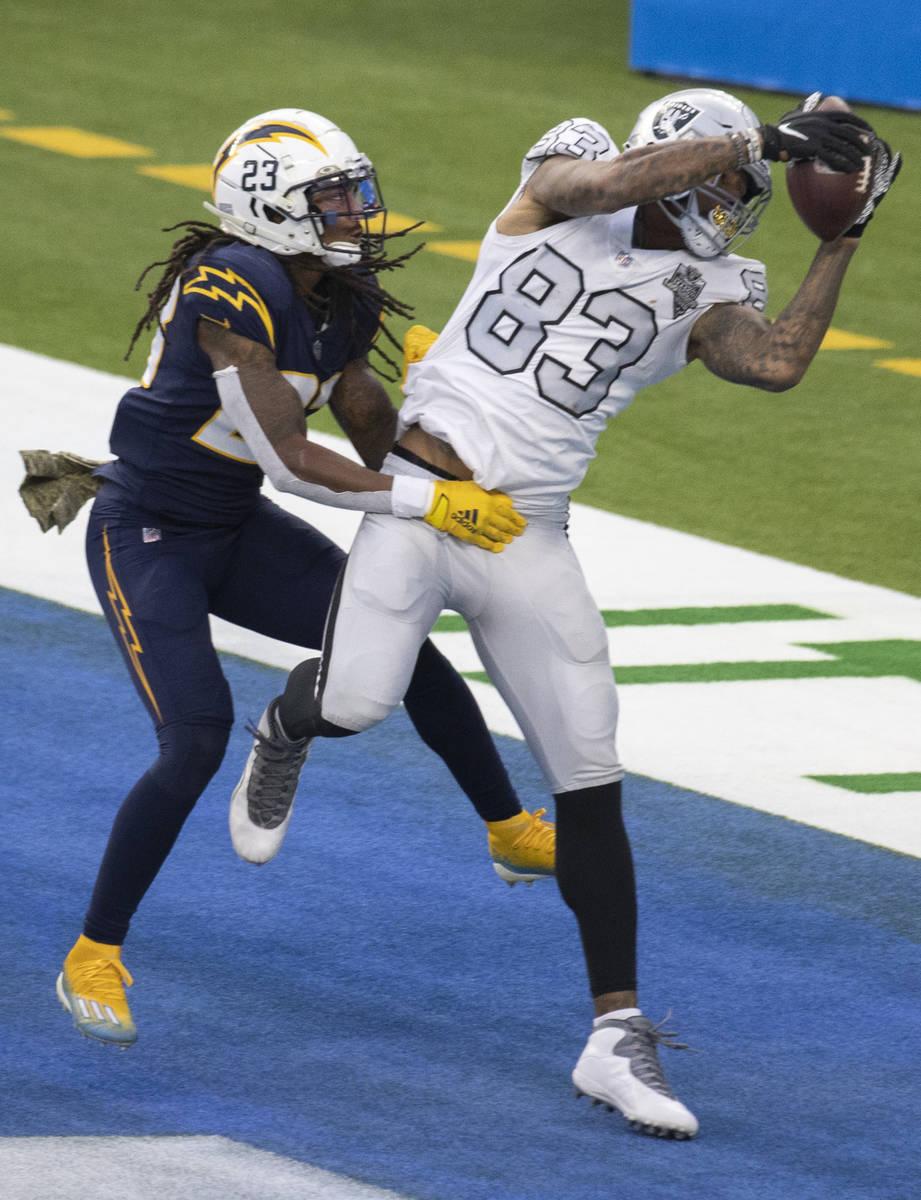 El tight end de los Raiders de Las Vegas, Darren Waller (83), hace un pase de touchdown sobre e ...