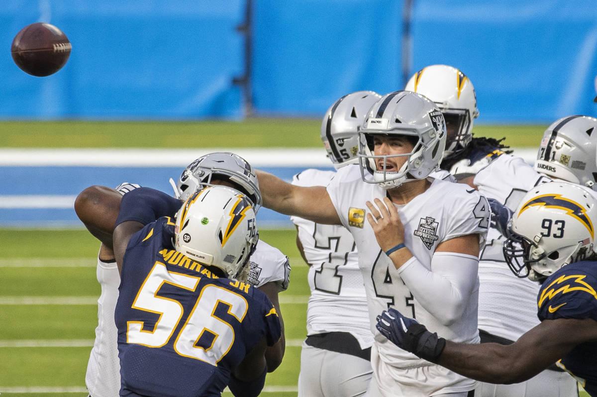 El mariscal de campo de los Raiders de Las Vegas, Derek Carr (4), pasa el balón al linebacker ...
