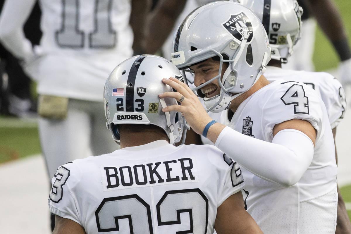 El mariscal de campo de los Raiders de Las Vegas, Derek Carr (4), celebra un touchdown del corr ...