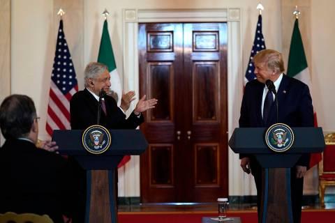 En esta foto de archivo, el presidente mexicano Andrés Manuel López Obrador aplaude mientras ...