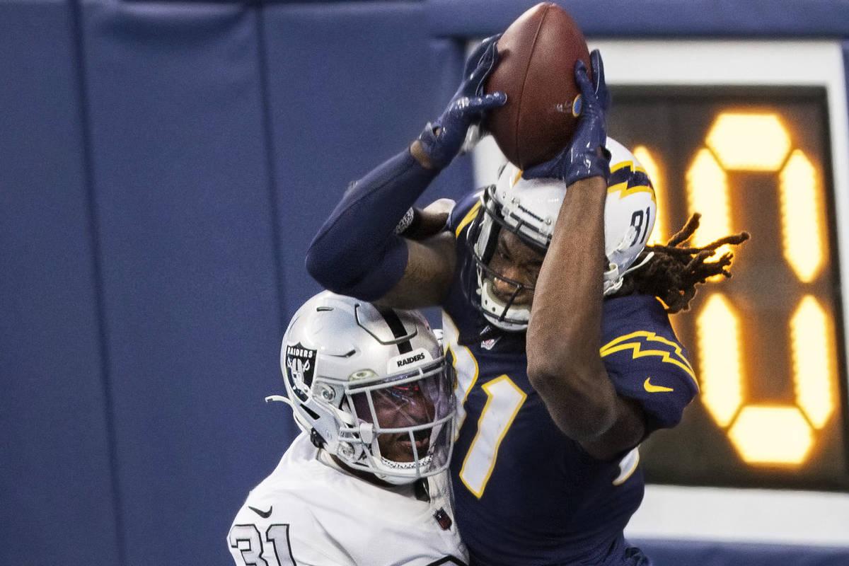 El cornerback de los Raiders de Las Vegas, Isaiah Johnson (31), rompe un intento de pase en la ...