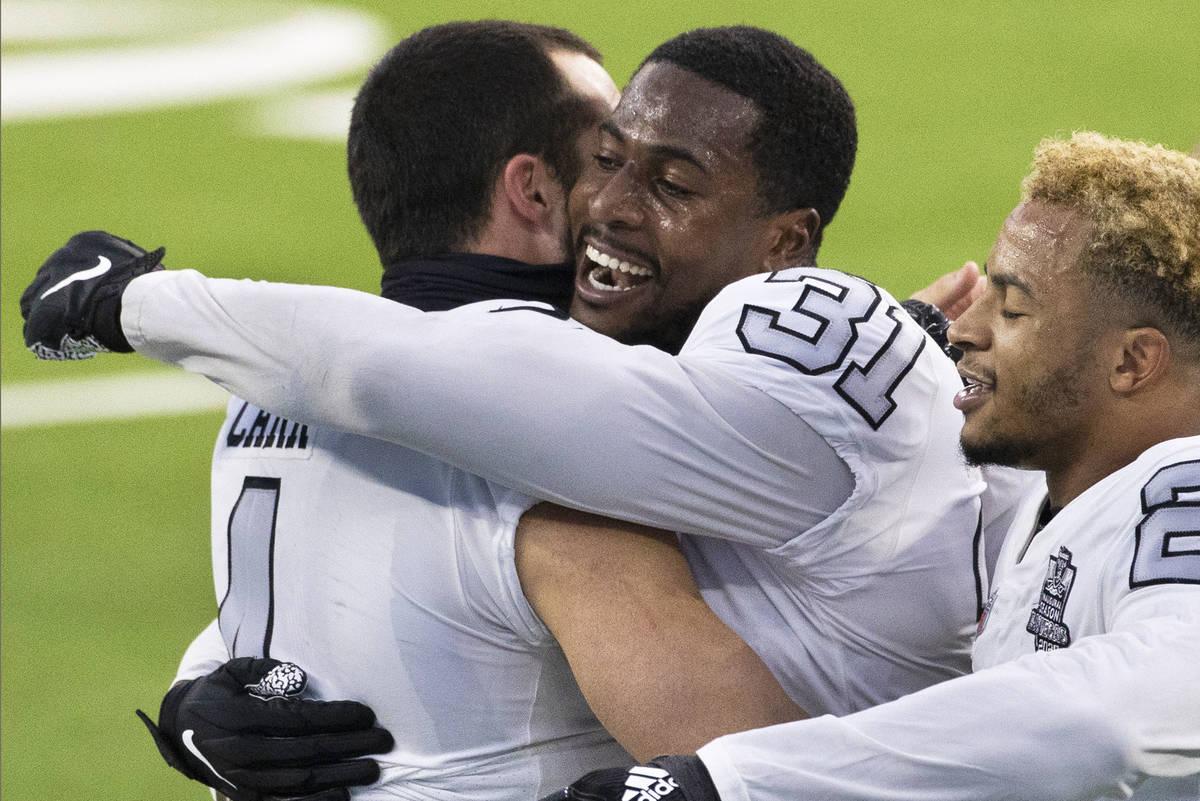 El cornerback de los Raiders de Las Vegas, Isaiah Johnson (31), recibe un abrazo del quarterbac ...