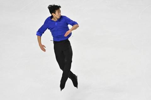 Nathan Chen, de los Estados Unidos, compite durante el programa de patinaje libre masculino en ...