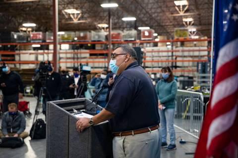 El registrador del Condado Clark, Joe Gloria, da una actualización del conteo de votos en el D ...