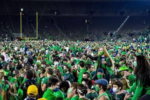 Los fanáticos ingresan al campo después de que Notre Dame derrotara a Clemson 47-40 en dos ti ...