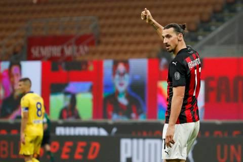 Zlatan Ibrahimovic del AC Milan celebra después de anotar el segundo gol de su equipo durante ...