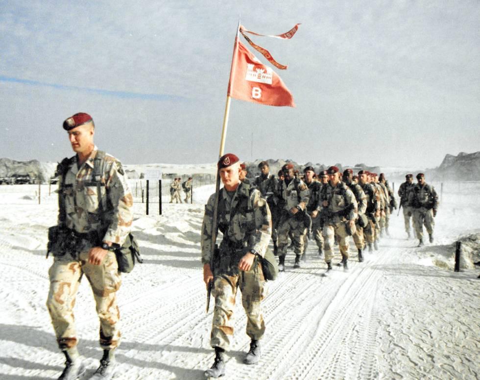 Bravo Company, 27th Engineer Battalion en camino a una ceremonia festiva de Navidad de 1990 dur ...