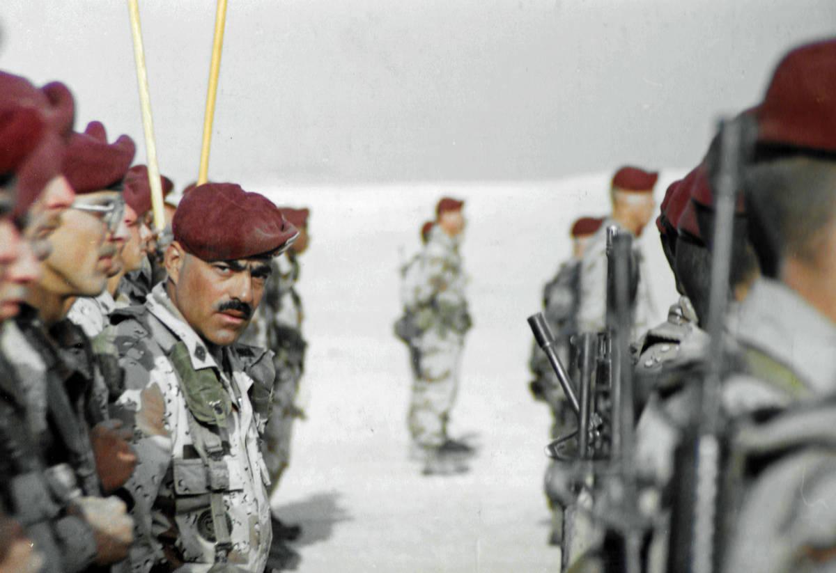 """El sargento Alfred """"Fred"""" Ferryerra en formación durante una ceremonia de Navidad de 1990. (Ki ..."""
