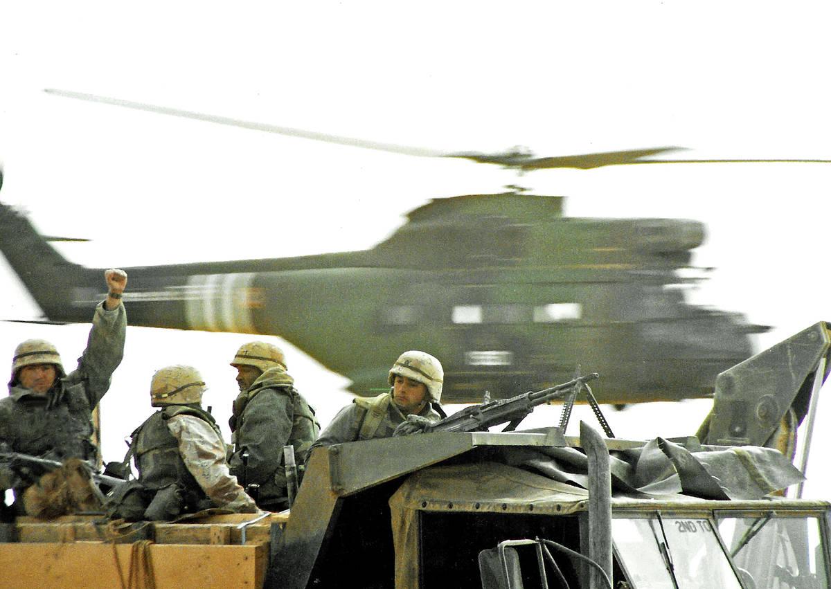 Un helicóptero francés Puma es capturado en pleno vuelo detrás de las tropas estadounidenses ...