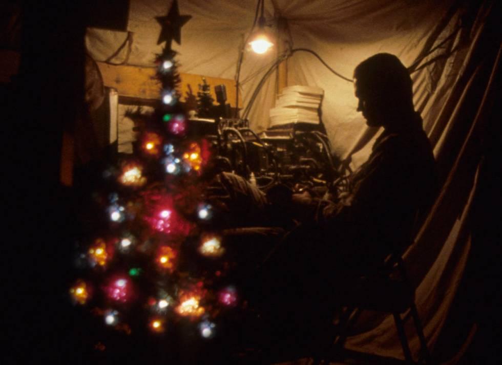 El especialista Allen Rodgers de la Bravo Company, del 27th Engineer Battalion, en la Nochebuen ...