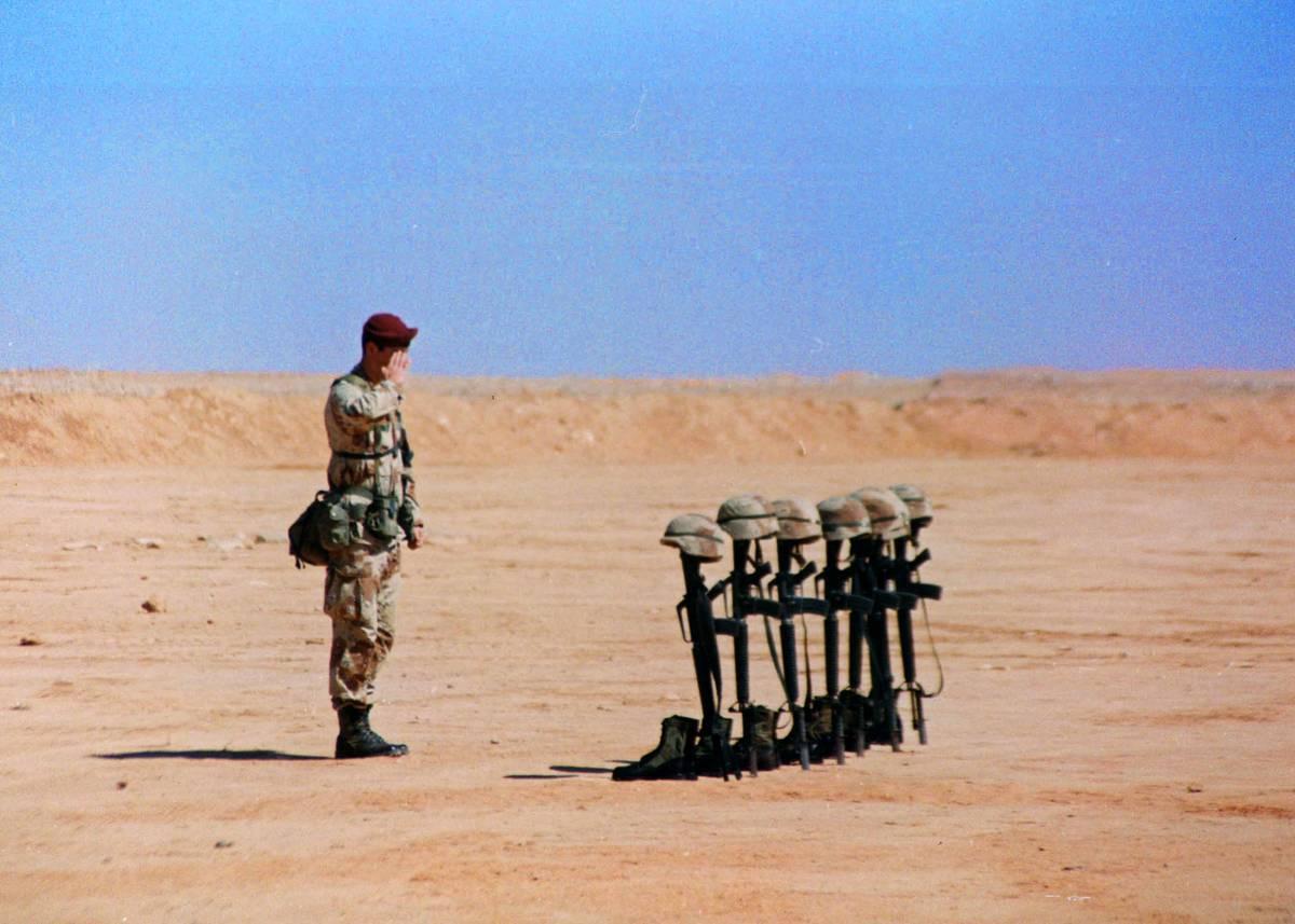 Un soldado que fue herido en una explosión regresa a la escena después de la Guerra del Golfo ...