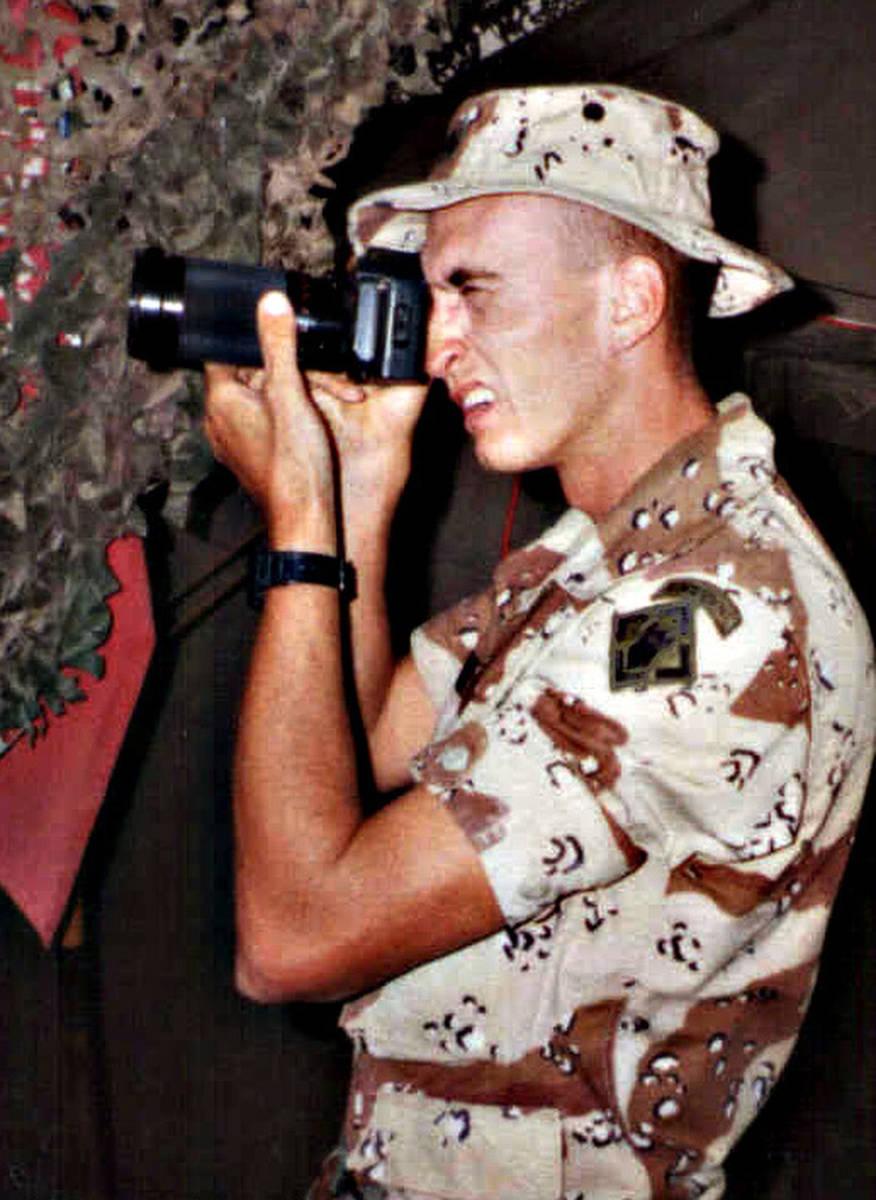 El sargento Kirby Lee Vaughn en acción durante la Operación Desert Shield en octubre de 1990 ...