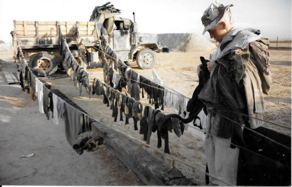 Pfc. Rocky McKenzie recoge la ropa después de un largo día de tareas cerca de la Ciudad Milit ...