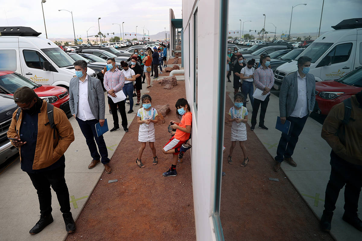 Gente hace fila para corregir los problemas con sus votos antes de la fecha límite en el Depar ...