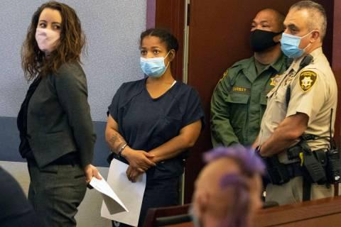 Amanda Sharp-Jefferson, segunda a la izquierda, acusada de asesinato en relación con la muerte ...