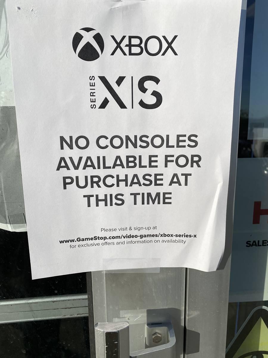 Un letrero en el local de Gamestop's Rainbow Spring alerta a los clientes de que las nuevas con ...