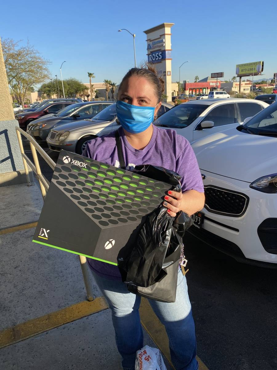 Una cliente llamada Holly recoge una Xbox Series X que su marido había pedido en Gamestop de R ...