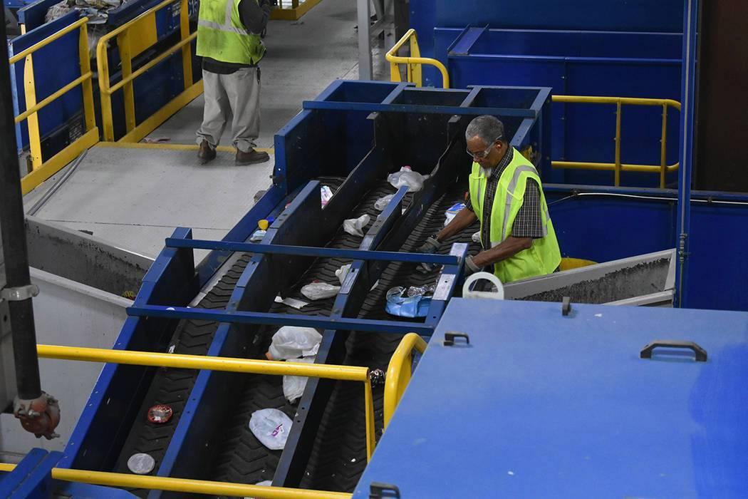 En esta foto de archivo, El Tiempo recorrió el centro de reciclaje de Republic Services, graci ...