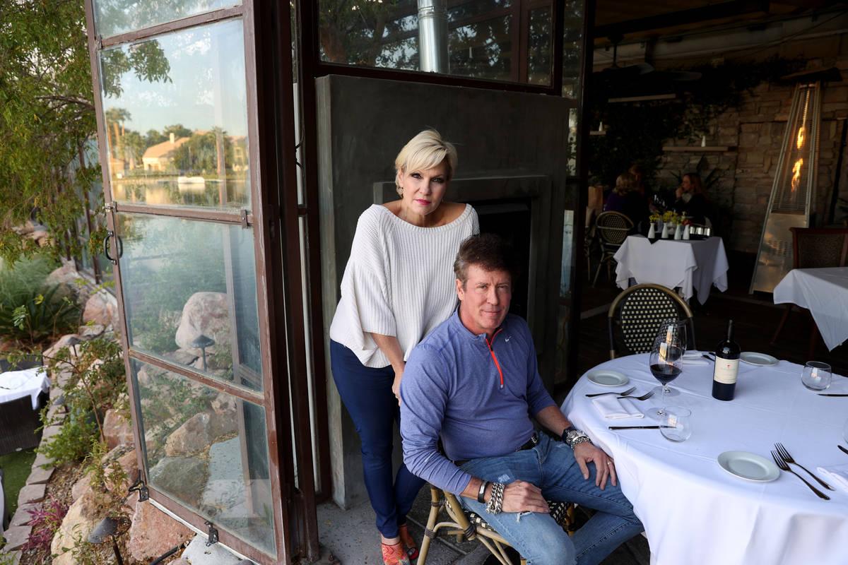 Jeff y Rhonda Wyatt, dueños de Marche Bacchus French Bistro & Wine Shop, en su restaurante jun ...