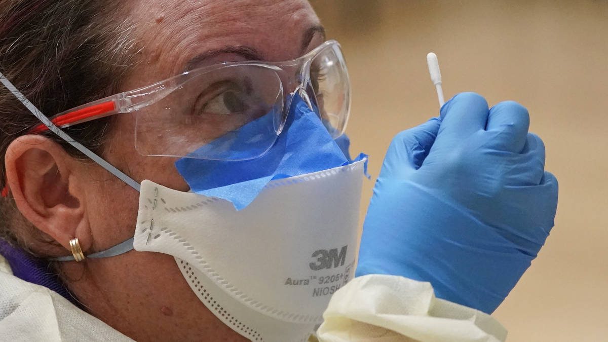 En esta foto de archivo del 26 de octubre de 2020, una trabajadora médica se encuentra en un s ...