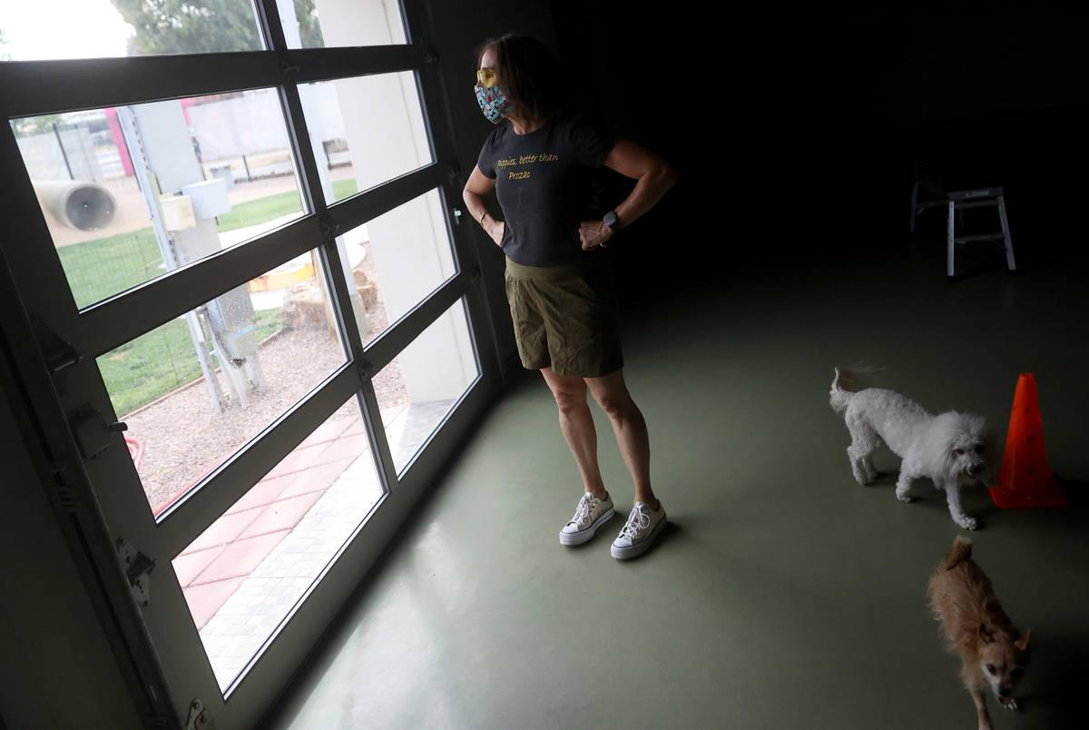 Cathy Brooks, propietaria de The Hydrant Club, es vista con dos de sus perros en su negocio del ...