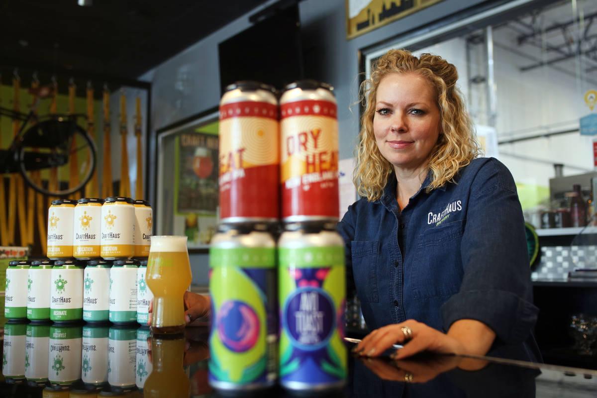 Wyndee Forrest, co-propietaria de CraftHaus Brewery, vista en Henderson en 2019. (Elizabeth Pag ...
