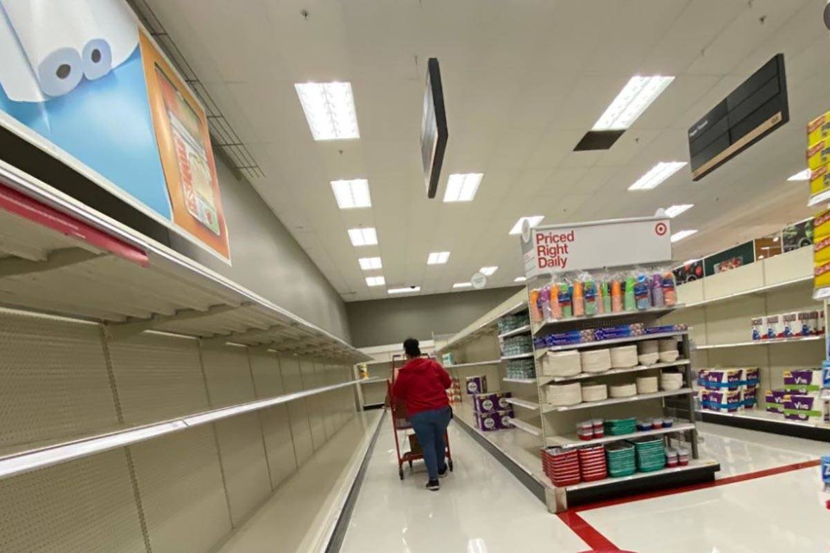 Estantes de productos vacíos en una tienda Target de Las Vegas el jueves, 12 de noviembre de 2 ...
