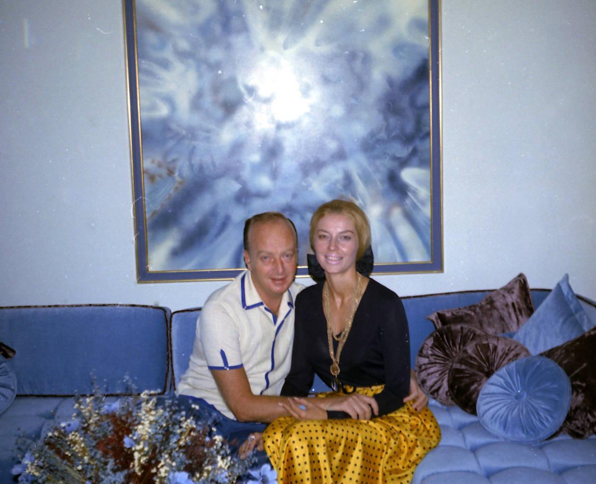 """El ejecutivo de casinos Frank """"Lefty"""" Rosenthal, izquierda, sentado junto a su esposa Geri Ro ..."""