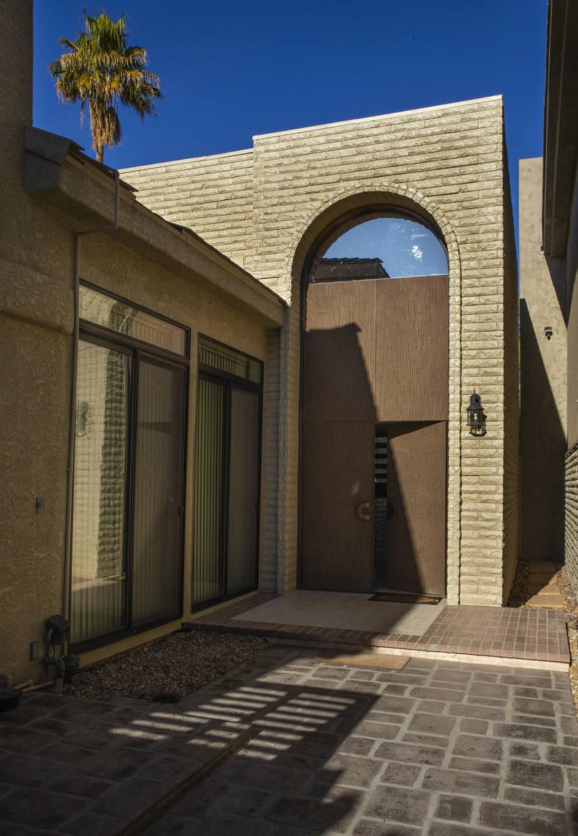 Las puertas metálicas para mantener la propiedad segura vistas durante una visita a la antigua ...