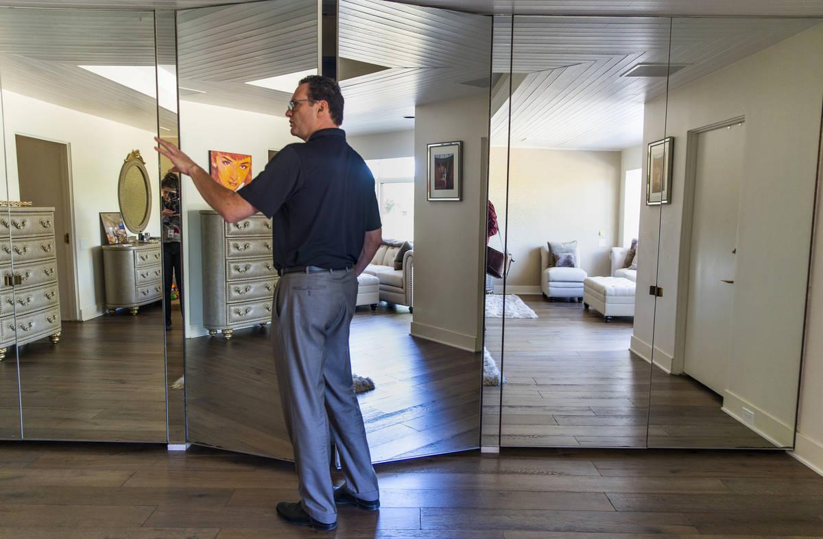 """El dueño Jim Morgan en 2019 muestra el dormitorio principal de la antigua casa de Frank """"Lefty ..."""