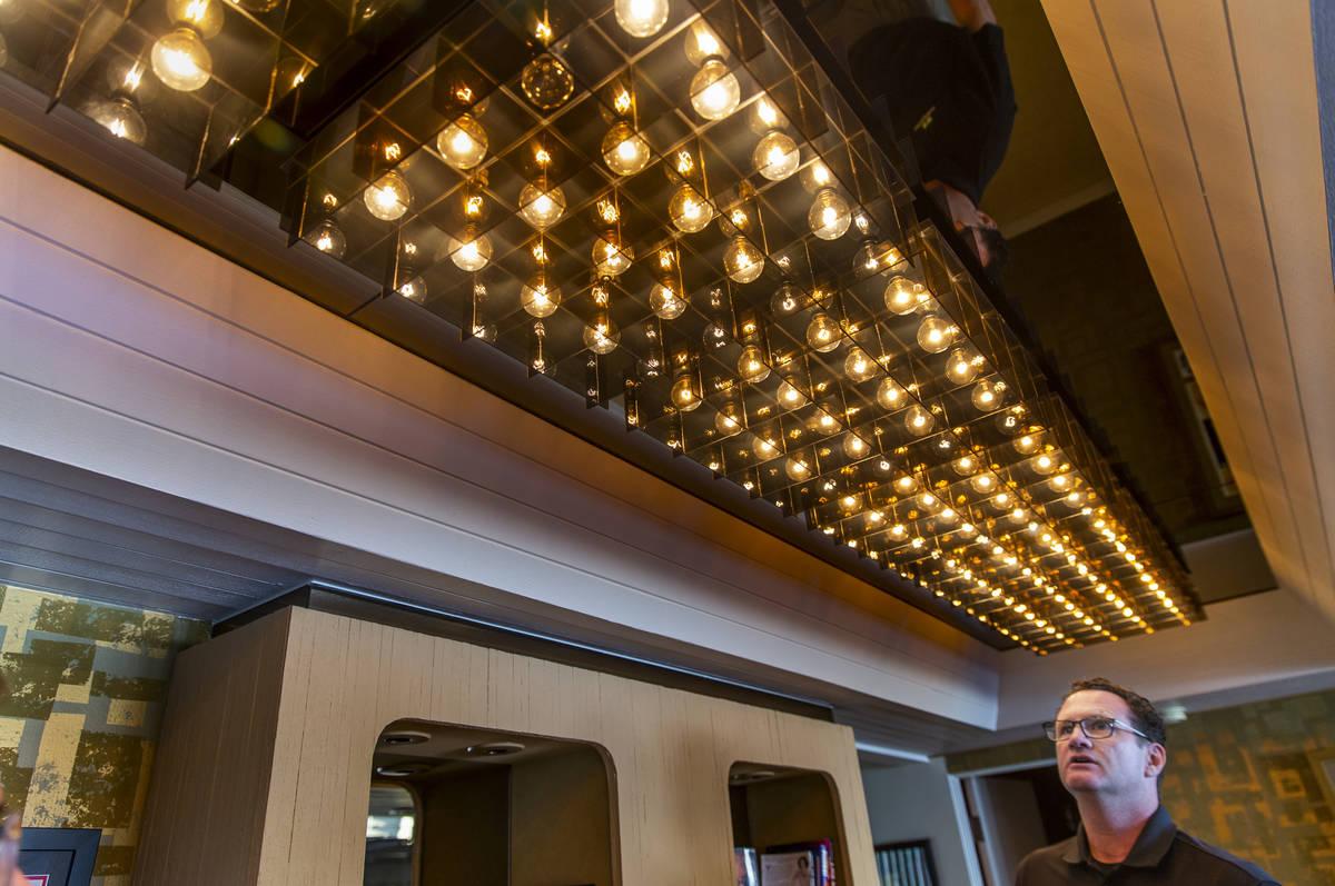 El dueño Jim Morgan muestra algunas de las luces frías conservadas durante una visita a la an ...