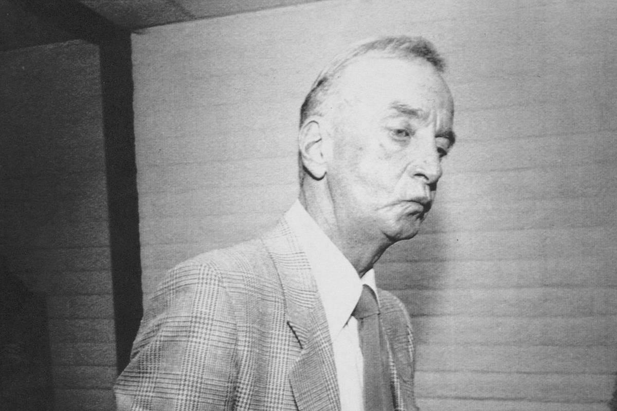 """Frank """"Lefty"""" Rosenthal fuma un cigarrillo después de una audiencia en 1988 ante la Comisió ..."""