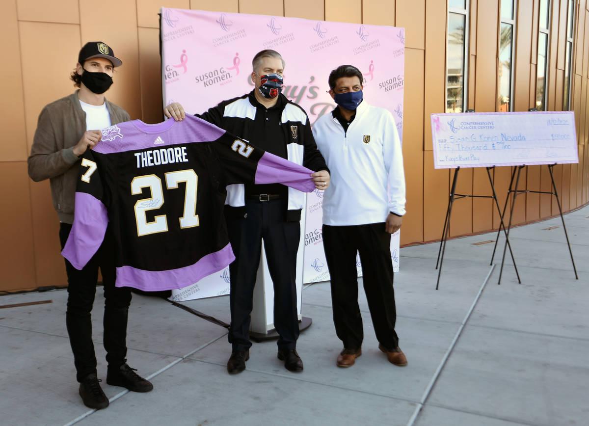 El defensa de los Golden Knights, Shea Theodore, a la izquierda, el director ejecutivo de los C ...