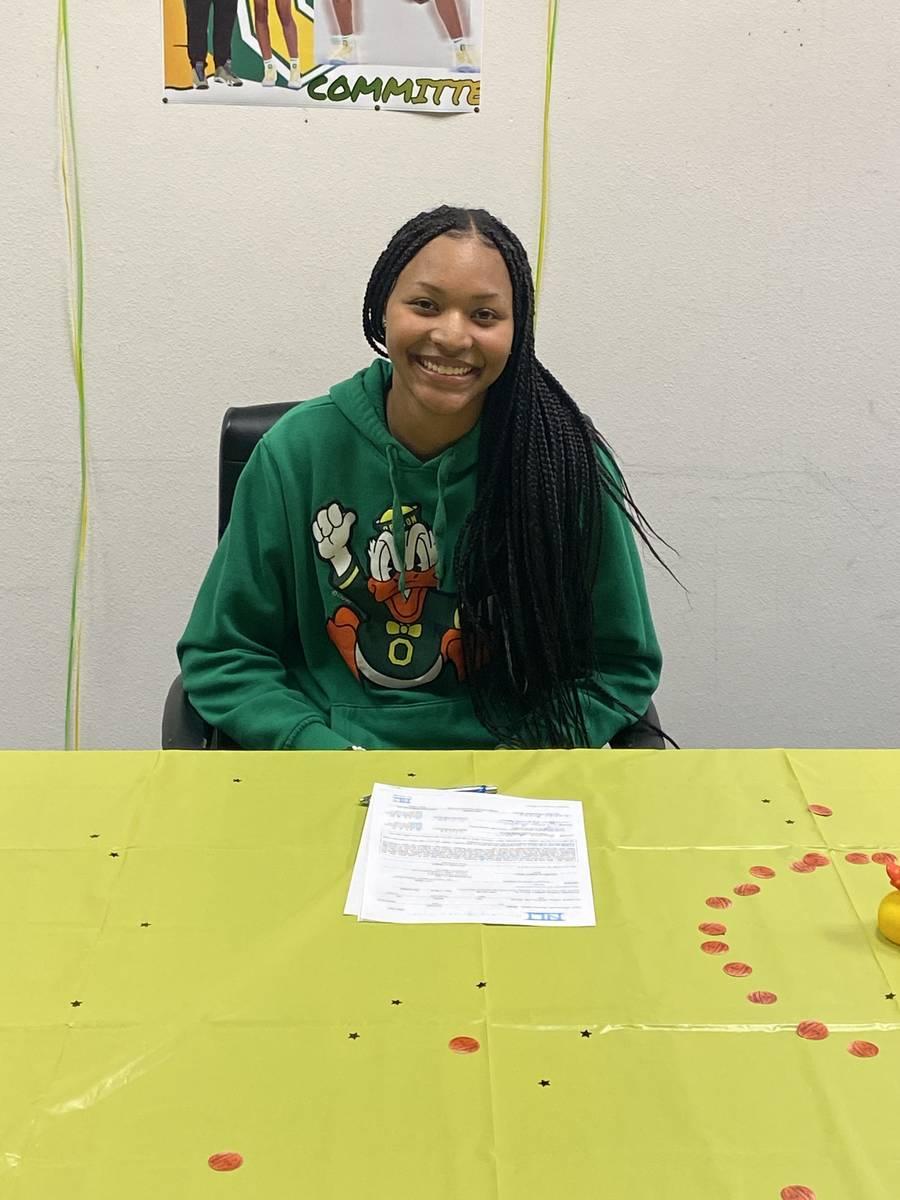 La escolta de Centennial, Taylor Bigby, firma con Oregón el miércoles por la noche en el YMCA ...