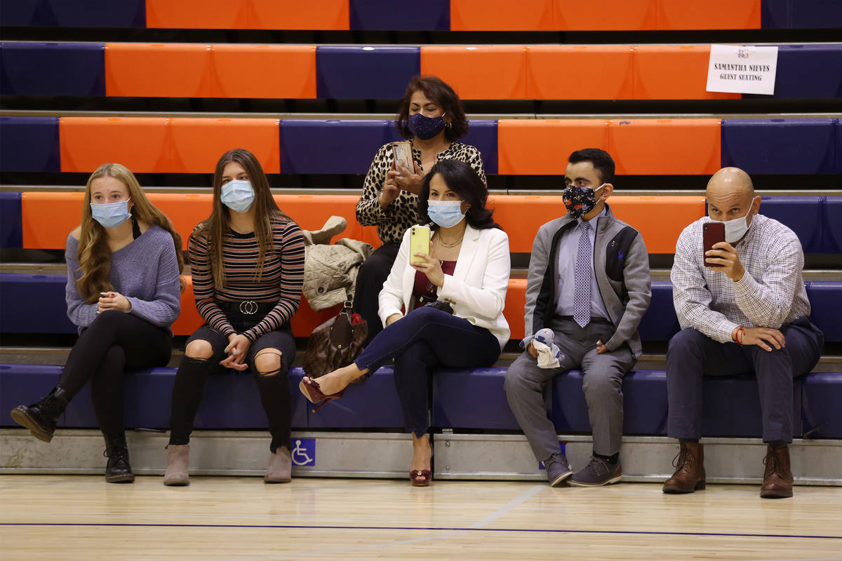 Familiares asisten a una ceremonia de firma en la preparatoria Bishop Gorman en Las Vegas el ju ...
