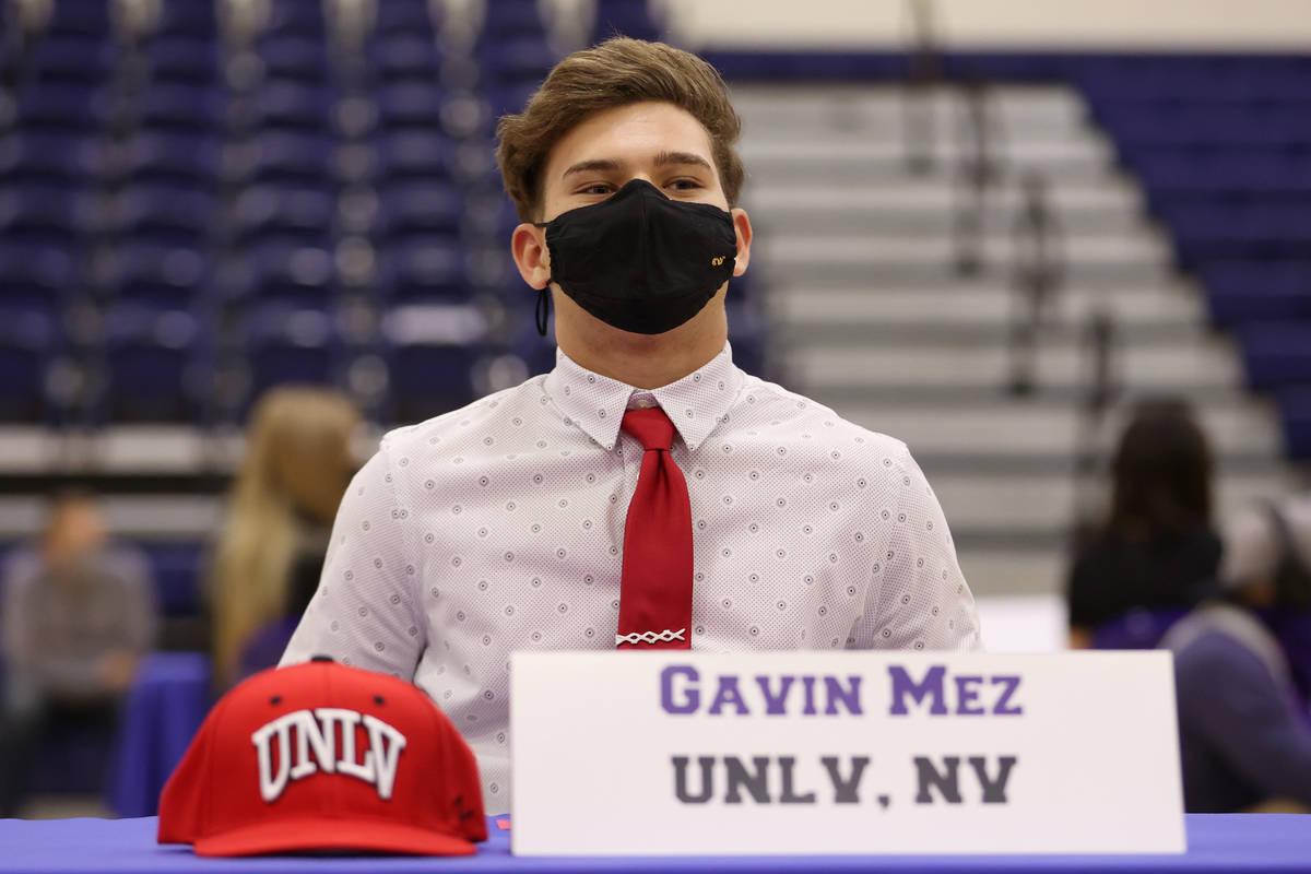 Gavin Mez es fotografiado durante una ceremonia de firma en la preparatoria Bishop Gorman en La ...