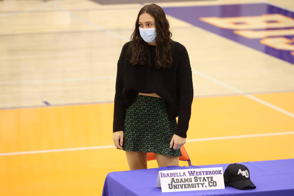 Isabella Westbrook participa en una ceremonia de firma en la preparatoria Bishop Gorman en Las ...