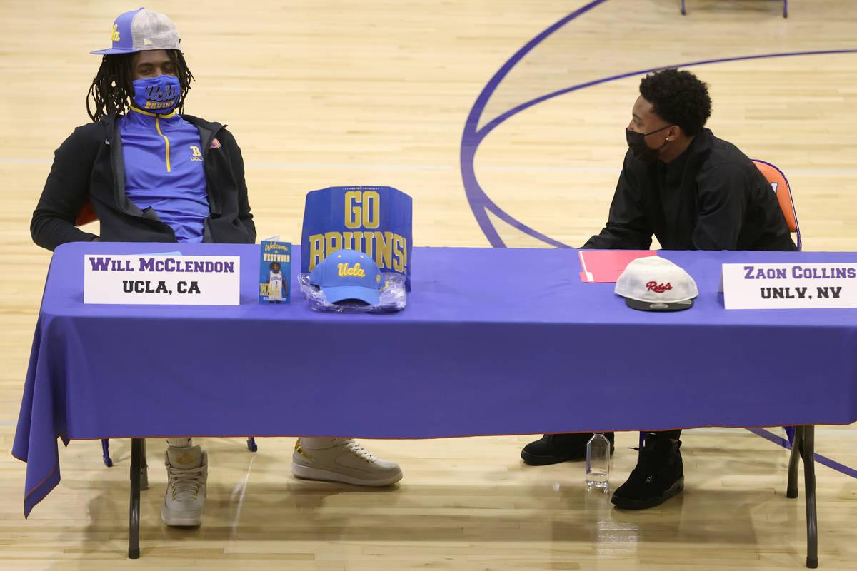 Will McClendon, izquierda, y Zaon Collins, participan en una ceremonia de firma en la preparato ...